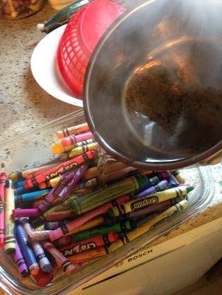 Añade tu agua tibia y estar listo para despegar sus papeles de los lápices de colores