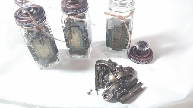 Paso 6: Encuentra algunos adornos con acabados similares a mostrar con orgullo en sus nuevos frascos alterd.