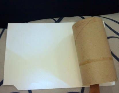 Envuelva el papel alrededor del rodillo de utilizar cualquier tipo de pegamento
