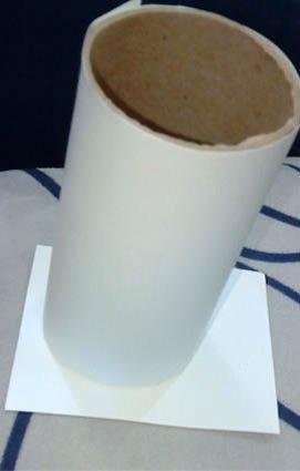 Ponga un papel por debajo del rodillo y luego cortar el papel en el tamaño de la base de rodillos