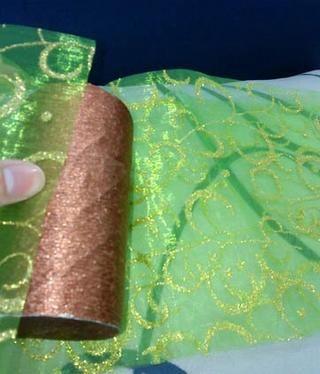 Envuelva la tela alrededor del rodillo con pegamento