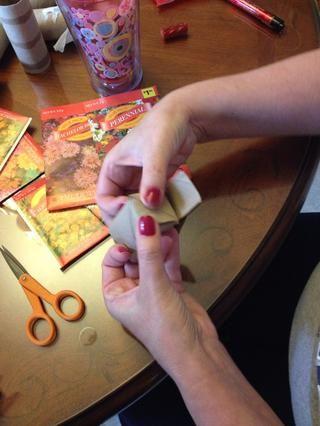 Tome las cuatro aletas y pliegue en hacer un fondo.