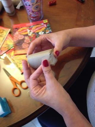 Añadir un pequeño trozo de cinta para mantenerla cerrada. Usé cinta de papel (mejor para degradarse en la tierra). :)