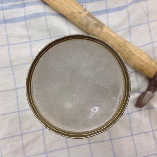 La lata debe ser llenado con agua y poner en el congelador durante más de 24 horas.