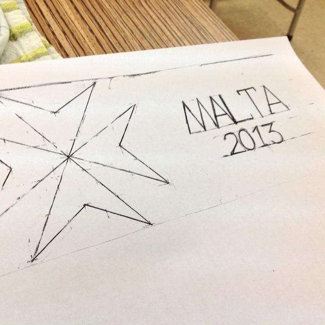 Tome medida de la lata y dibujar un diseño sobre el papel.
