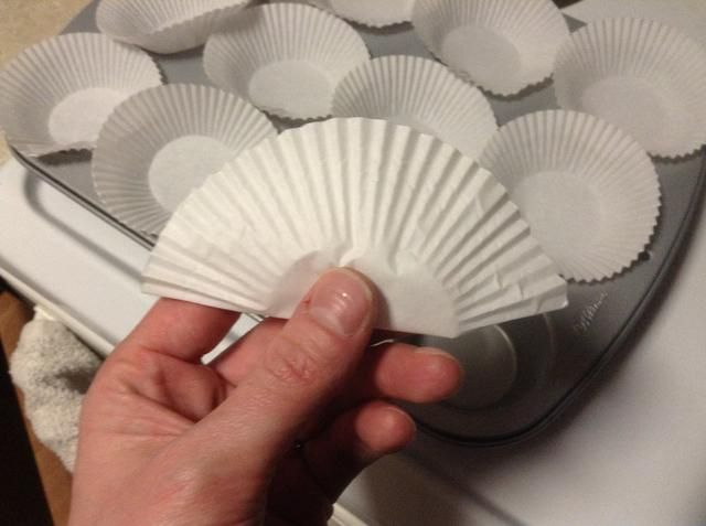 Dobla los papeles en un medio para cortar la mitad del papel