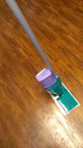 Rellenar con la solución que he enumerado en los suministros. O llene con la solución de limpieza de suelos favorito. Ponga la tapa de nuevo y listo para limpiar.