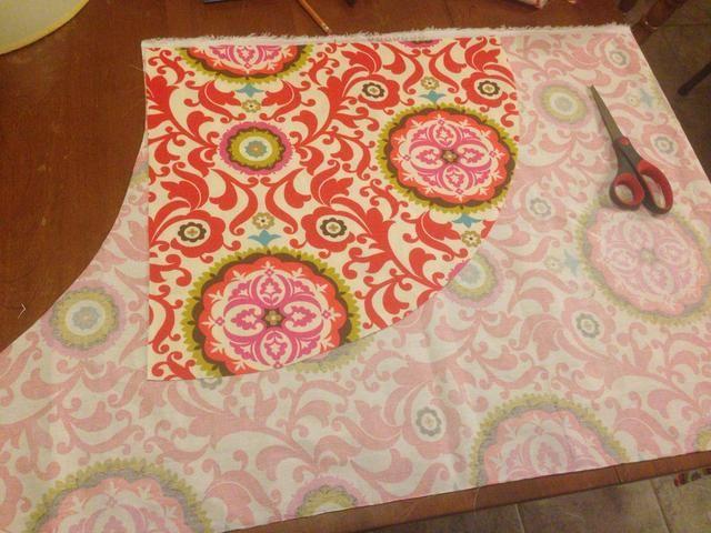 Utilice su primera pieza de material de corte para cortar una segunda pieza. Esta es su segunda mitad de la tela.