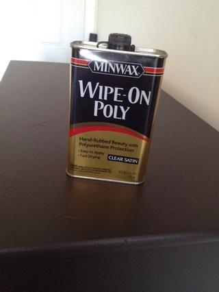 Con un paño limpio y sin pelusas limpie su poli sucesivamente. Yo uso limpie el porque's fast drying, easier to apply and less mess than other polys.