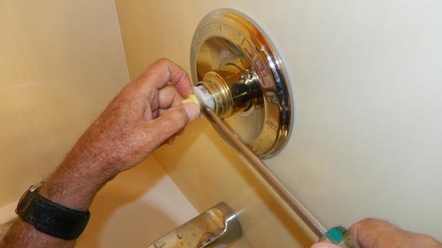 Utilice un destornillador para quitar el nudo, simplemente haga palanca con facilidad.