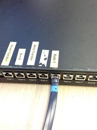 Conecte el cable carril de rodadura por la pared (de los rieles en el techo) en el puerto 5