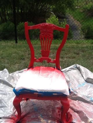 Me rociaron la silla con dos capas de pintura. Dejé que las capas se sequen durante 24 horas antes de poner el siguiente en.