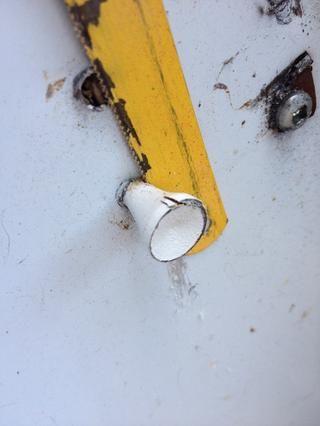 Utilice una hoja de sierra para recortar el exceso. O, alternativamente, un lado-golpe rápido con el martillo debe darle una suficiente rotura limpia.