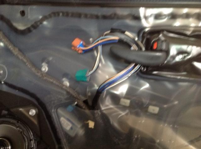 Esto hace que sea más fácil trabajar en el interior si pones el cable de la unidad de control detrás de la manija de la puerta.