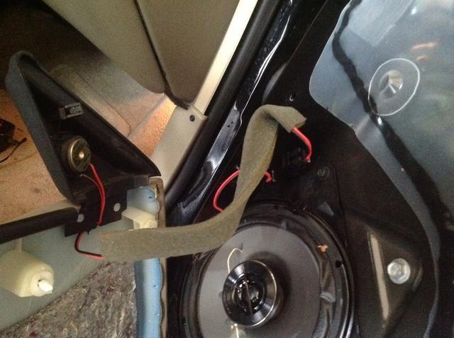 Cuando termine primero tiene que volver a conectar el cable de altavoz de agudos.