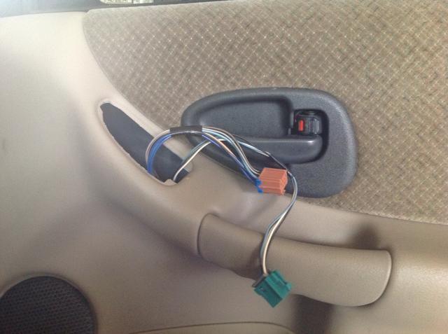 Además, asegúrese de que tire de los cables de la unidad de control a través de cuando se va a volver a conectar los clips para sujetar el panel sobre.