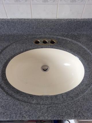 Con los soportes, líneas de agua y drenaje de palanca eliminado, saque la llave.