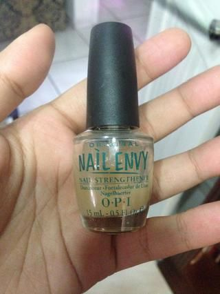 Aplicar un fortalecedor de uñas (yo uso Envy Nail OPI)