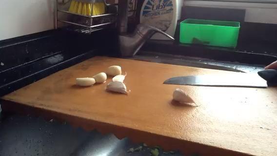 Descanse el cuchillo en el ajo (como lo que hice), y pulsa sobre el cuchillo .. Luego, corte de los extremos del ajo. Usted puede quitar fácilmente la piel!