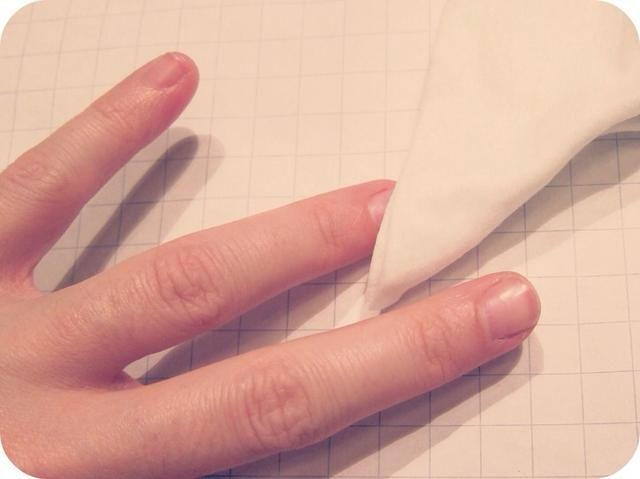 Paso 2: A continuación, poner un poco de quitaesmalte en un maquillaje removedor de limpiar - el tipo de exfoliante funciona especialmente bien en tirar todo el brillo de la uña.