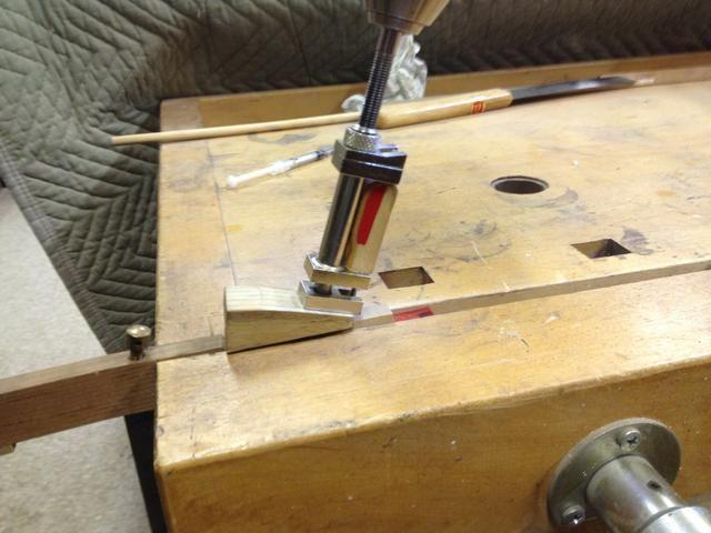 Coloque el extractor de martillo bajo el backcheck en una de la cuña.