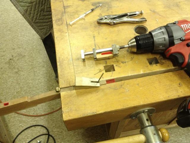 Ejecute el taladro para difundir el extractor. Esto le salga de la backcheck. si tu're lucky the wire will come out too.