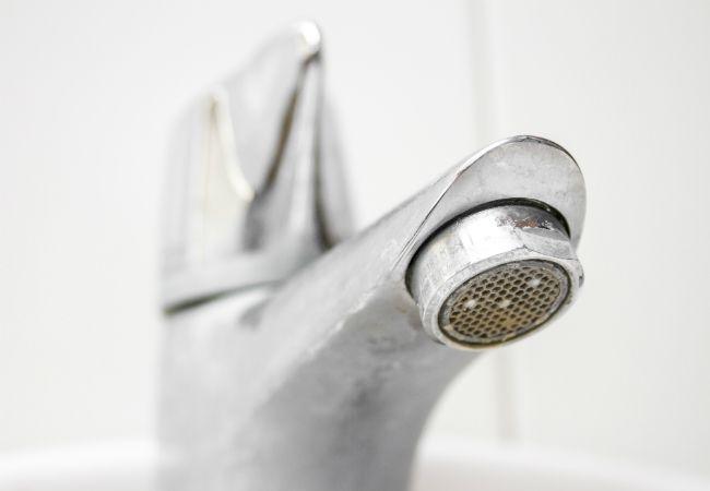 Cómo limpiar manchas de agua dura