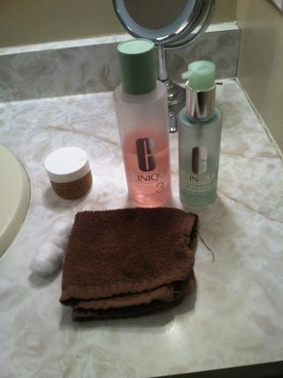 Reúna sus artículos, he utilizado: lavado de cara Clinique Clinique tóner genéricos toallas / bolas de algodón y la mantequilla de Nueva Inglaterra Shea.