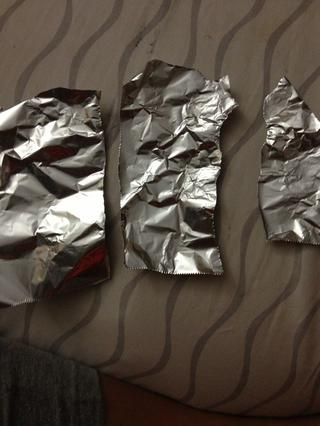 Rasgar el papel de aluminio en trozos