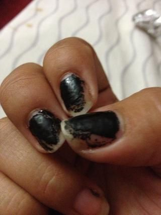 Estos son mis uñas sucias que tengo que limpiar el esmalte de uñas fuera