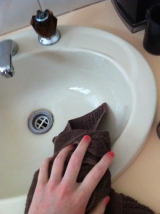 Cuando sus manos están libres de jabón, secar con una toalla de mano.