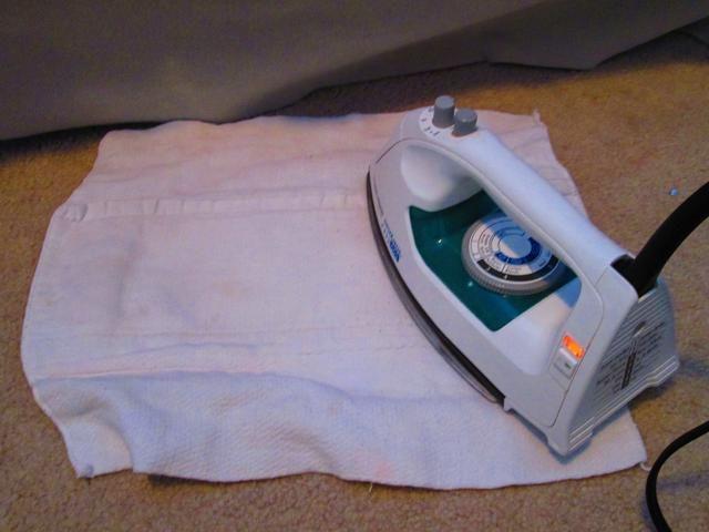 Coloque la plancha sobre el trapo sobre la mancha, mantenga durante diez (10) segundos y luego se mueven