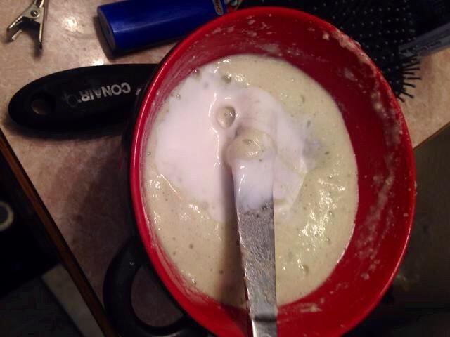 Ahora agregue suficiente champú anticaspa para que sea una difusión más gruesa en.