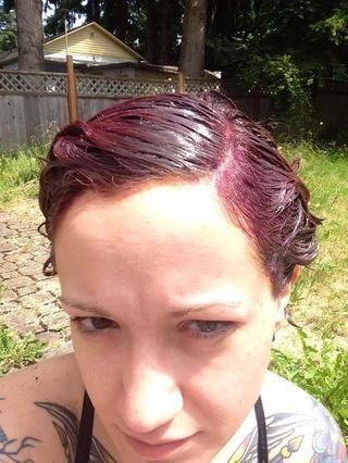 Última min añadido una pequeña cantidad de ropa púrpura tinte en el cabello cóctel enmascarar la última media hora de sentarse. Espero que esto ayudará a tono el rojo anaranjado mejor y mejorar mi gris.