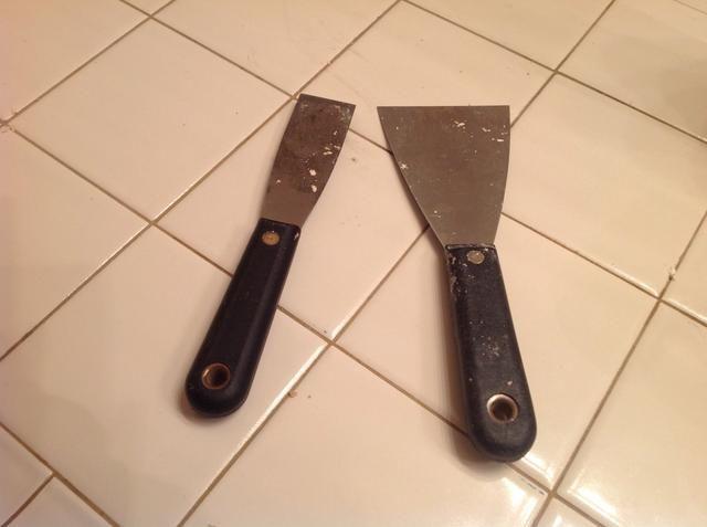 Diferentes tamaños de paneles de yeso / masilla cuchillos son útiles. El ancho de grandes áreas, el estrecho para espacios más pequeños.