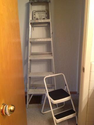 Usted puede llegar a funcionar con sólo una escalera, pero tener una herramienta pasos hace que sea fácil para las zonas más bajas.