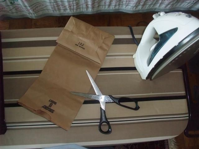 Elemental, queridos míos. Simplemente recoger unos objetos de la casa: una bolsa común de comestibles de papel, un par de tijeras, y una plancha (ajustado a una temperatura alta-ish).