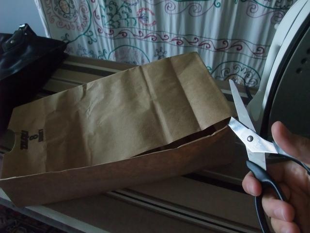 A continuación, aplicar la tijera a la bolsa de papel, como tal.