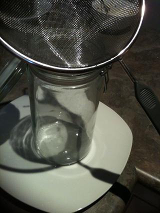 Coloque un tamiz sobre el frasco de vidrio.