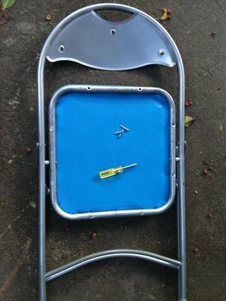 Comience evacuando a todas las partes con un destornillador con el fin de tener el marco solo.