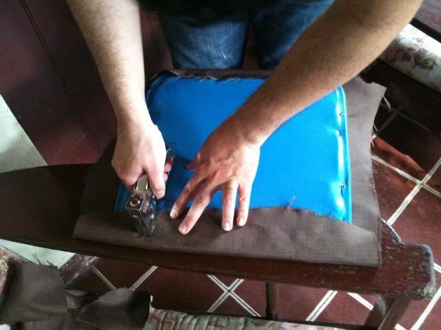 Después de cortar la tela al tamaño, acaba de grapar el tejido. Ello's important to keep pulling the fabric as you staple in order to have a flat surface (wrinkle and bubble free) afterwards.