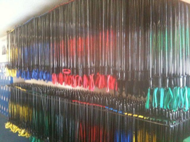 Ski polos están codificados por colores según el tamaño que debe estar alrededor de la altura del codo. Algunas lecciones para principiantes no utilizan postes