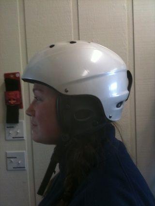 Casco debe caber cómodamente, frente debe cubrir su frente. No se recomienda llevar nada debajo de su casco.