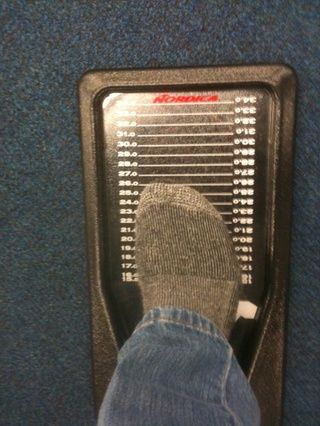 Si se utiliza un dispositivo de medición de poner su cura a la parte trasera hacia adelante magra Si sólo se le pide su número de calzado que sea un tamaño medio más pequeño