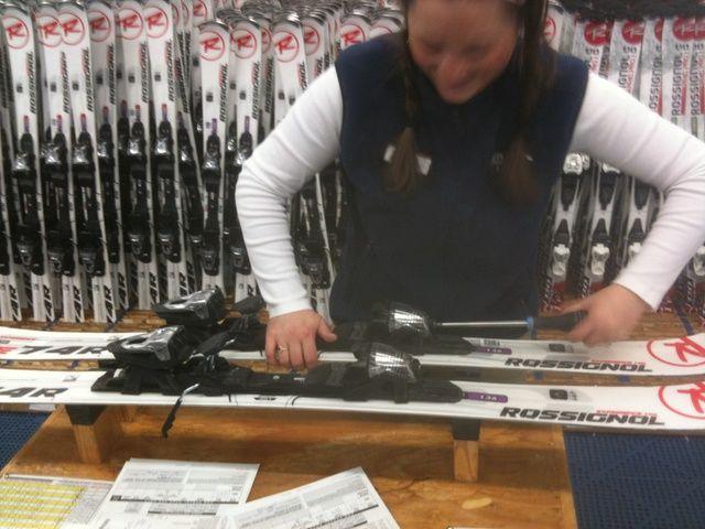 El instalador ajustará las fijaciones de esquí a la suela de la bota y ajustar la liberación o el ajuste Din a su peso, y el tipo de esquí