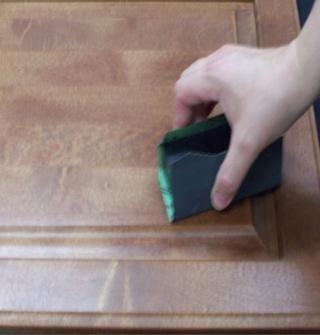 Ligeramente Scruff la zona con carburo de silicio P800A impermeable papel de lija envuelto alrededor de un corcho o un bloque de lijado de goma Negro lubricado con una ración de 50/50 lubricante lana y agua. Nivelar el relleno.