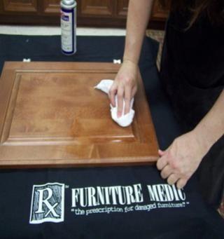 Limpie la superficie con movimientos circulares, usando Quick Clean o cera de lavado rocía en un paño de algodón limpio.