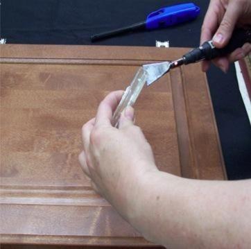 Derretir la clara Flujo EZ quemar en palillo en el filo de la quemadura en un cuchillo y después dejar caer la resina en la zona dañada. Ligeramente llene excesivamente el área de reparación.