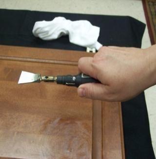 Es fundamental que el cuchillo se lleva a cabo según lo representado. La hoja de la cuchilla tiene un lado ancho y un lado corto. El lado ancho estará siempre en el mismo lado que el pulgar.