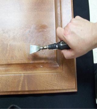 Nivelar el relleno con el cuchillo. Mantenga la cuchilla frente al daño no tocar la superficie. Mantenga la cuchilla en movimiento que se toca en la superficie justo antes de arrastrar la hoja sobre el relleno.